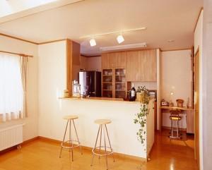 ナチュラルスタイルを定番としキッチンの照明等もオシャレにテイスト