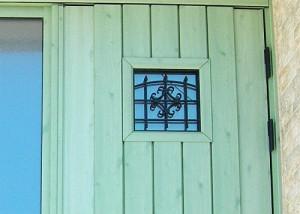 玄関窓にアイアンを使用でアンティーク風に