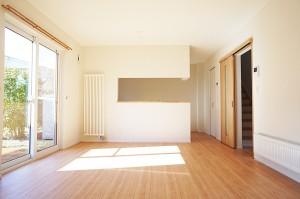 1階リビング、南からの陽ざしが入るように設計