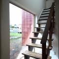 暗くなりがちな階段には造作で少しでも採光を