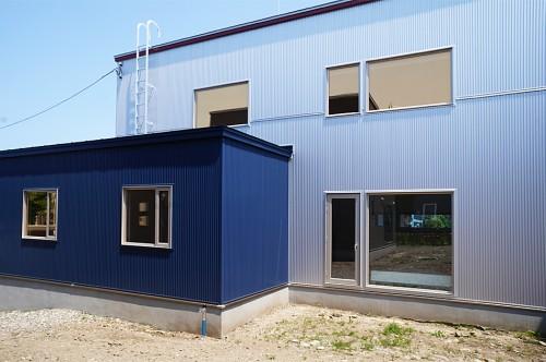 ガルスパンの金属サイディングのシャープな外壁、耐久性とメンテナンスを考慮しシンプルなデザインに。